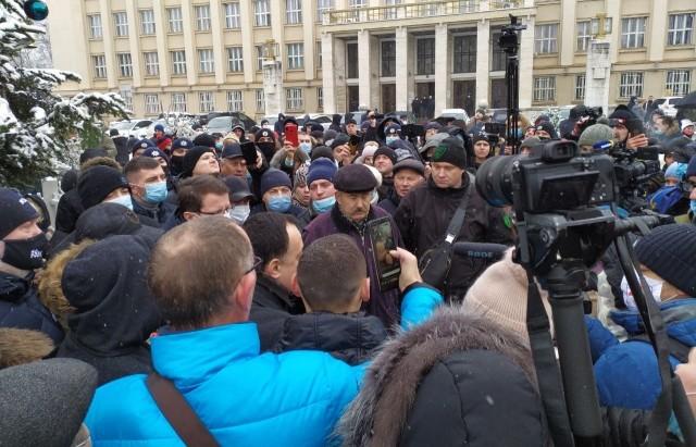 В Ужгороді протестували проти підняття цін на газ та електроенергію. Люди зібрались під будівлею Закарпатської обласної державної адміністрації.