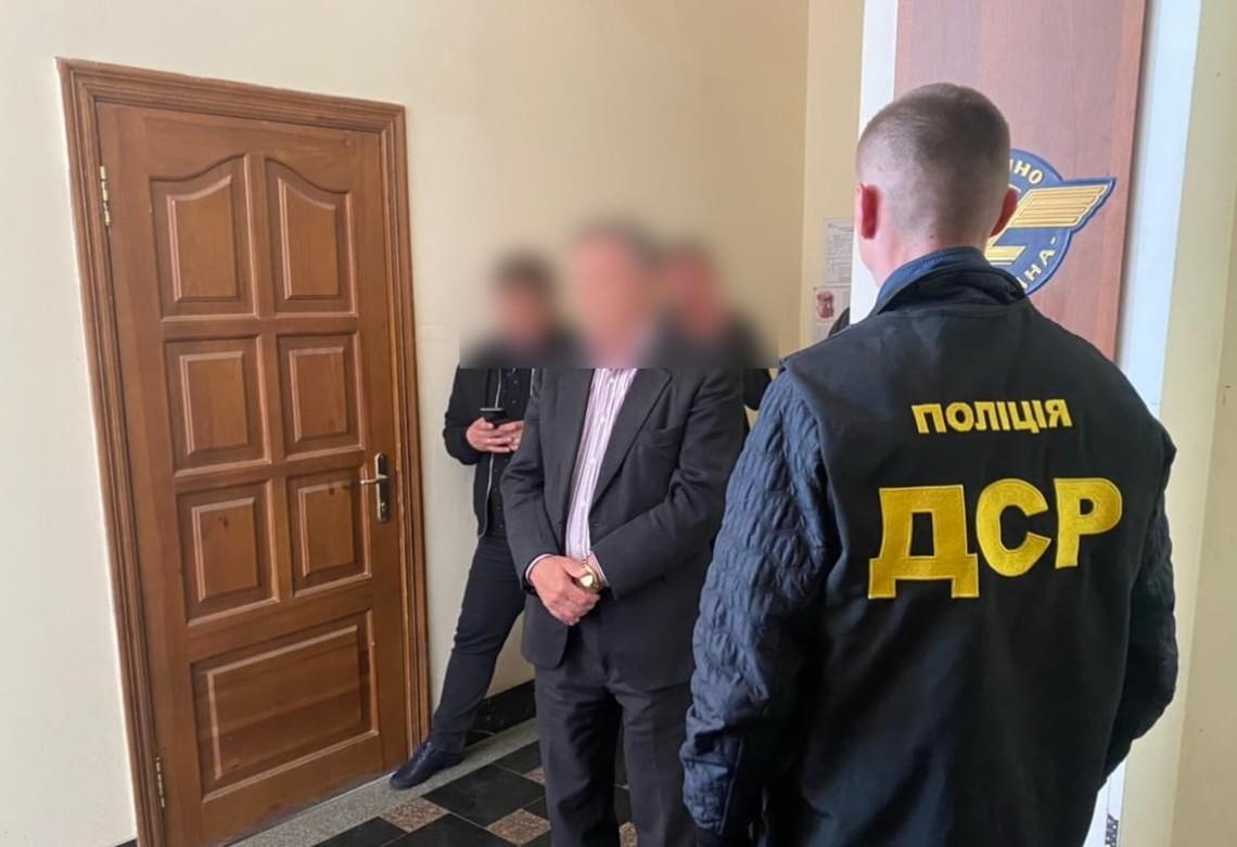 У Сумській області на отриманні хабаря затримано службовця «Укрзалізниці». Він вимагав гроші за укладення договору на постачання питної води.