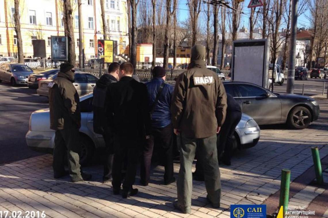 Детективи НАБУ затримали експрокурора ГПУ Олександра Матюшка, засудженого до двох років в'язниці за спробу дати 10 тис. доларів в обмін на посаду в НАБУ.