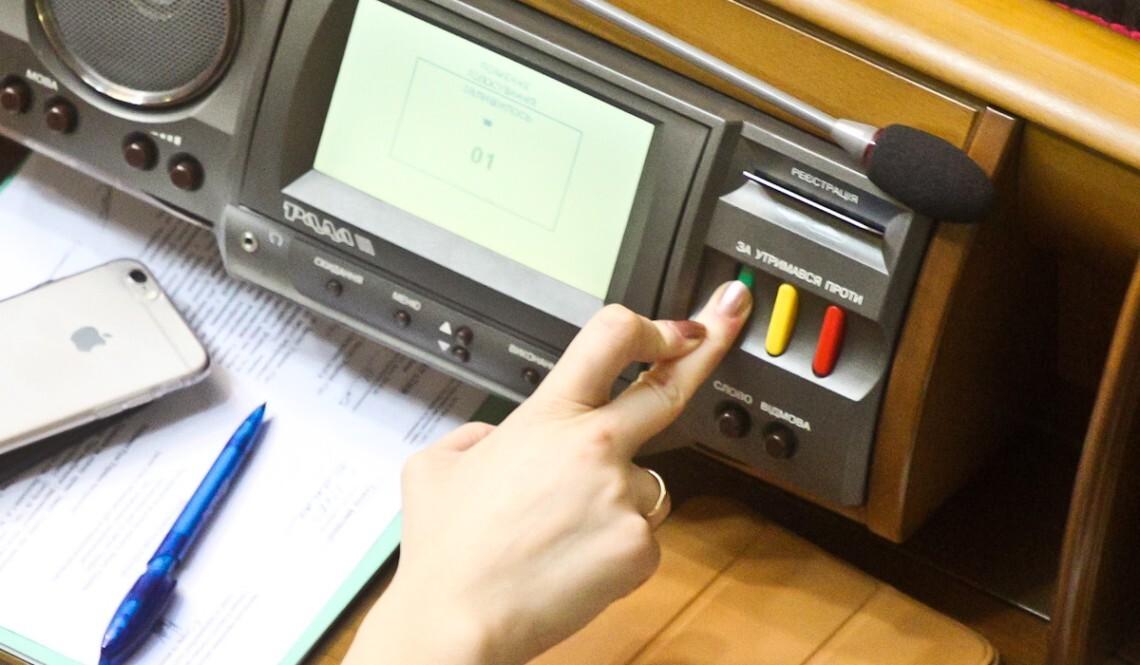 Рада на позачерговому засіданні 23 вересня не змогла ухвалити жоден із законопроектів, який стосувався скасування обов'язкових РРО.