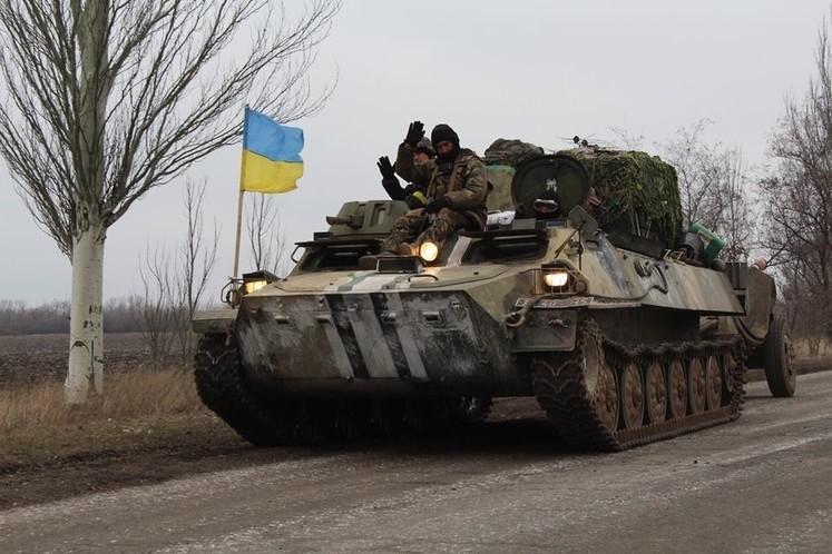 Відведення важкої бронетехніки в Донбасі беззастережно зірване. Про це повідомляє «Слово і Діло» з посиланням на групу військових експертів «Інформаційний опір».