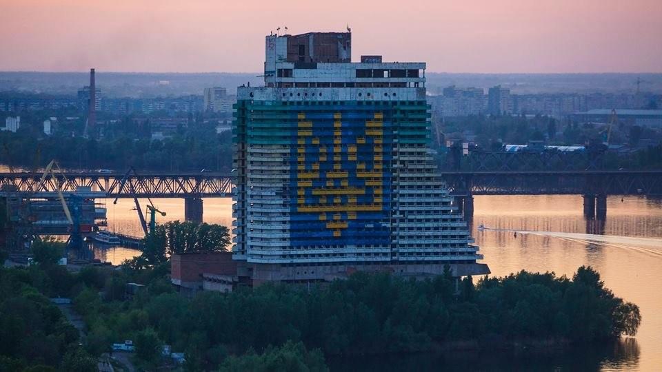 Сьогодні Дніпропетровськ фактично знаходиться в підвішеному стані: мера як такого в місті немає, а всі рішення приймаються міською радою, де головують депутати «Опозиційного блоку».