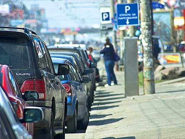 Київська влада обіцяє збільшити кількість нічних парковок у два рази. Крім того, за рахунок додаткових машиномісць чиновники хочуть збільшити дохід бюджету до 45,4 мільйона гривень на рік.