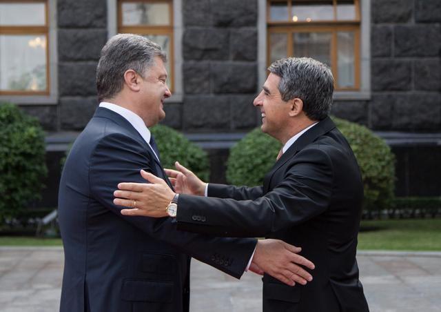 Україна і Болгарія мають намір побудувати дорогу між двома країнами. Такий проект обговорили болгарський лідер Росен Плевнелієв з Петром Порошенком сьогодні в Києві.