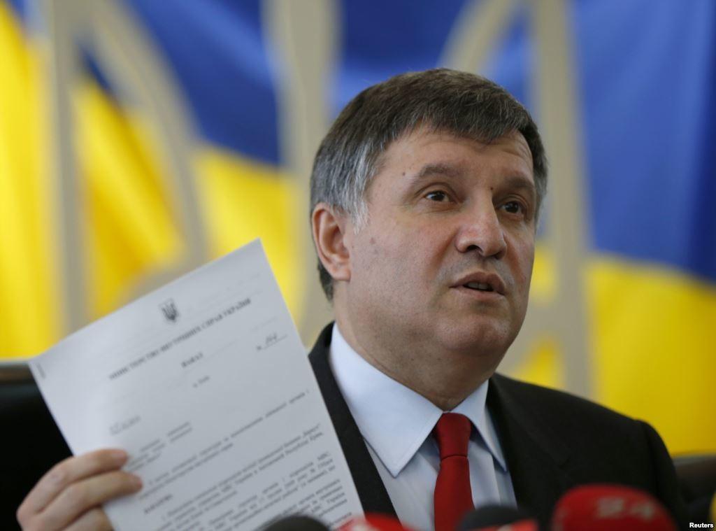 МВС готує пакет документів до Верховної Ради для позбавлення народного депутата, лідера «Правого сектору» Дмитра Яроша депутатської недоторканності.