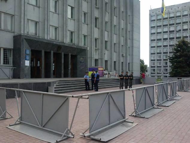 Будівля чернігівської окружної виборчої комісії заблокована загороджувальними щитами і знаходиться під охороною міліціонерів і бійців НГУ.