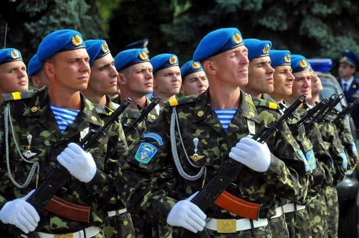 Президент України Петро Порошенко привітав українських десантників з нагоди Дня Повітряних сил Збройних сил України.