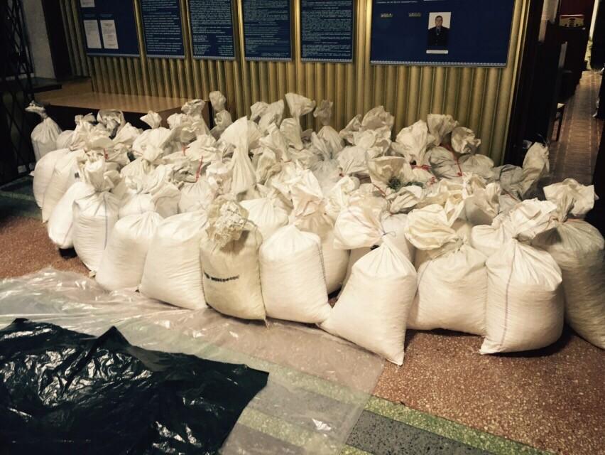 Спеціальна група МВС у Рівненській області затримала більше 2,5 тонн незаконно видобутого бурштину, упакованого для відправки за кордон.