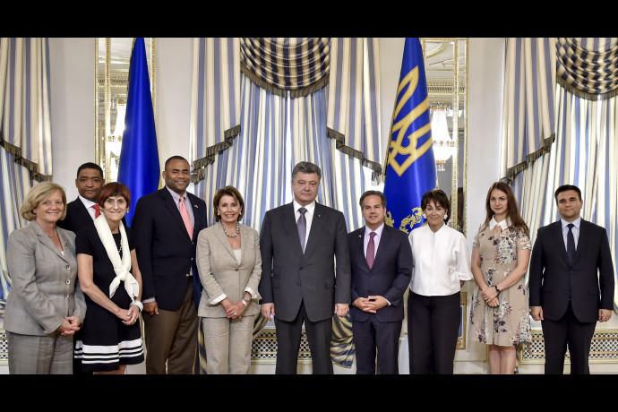 Президент України Петро Порошенко має намір залучити більше американських спеціалістів для боротьби з корупцією та відмиванням «брудних грошей».