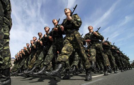 Змінити ситуацію в українській армії мали намір ще на початку 2000-х років, але досі гідні зарплати і професійне навчання українських солдатів залишаються всього лише темою для обіцянок.