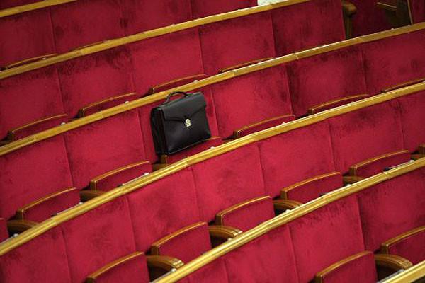Народні депутати не горять бажанням приступати до своїх обов'язків. Так, на позачергове засідання Верховної Ради готові прийти всього лише трохи більше 100 народних обранців.