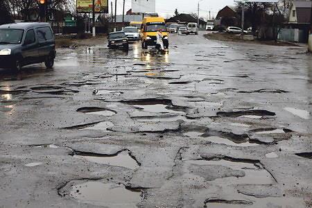 У Міністерстві інфраструктури України не можуть знайти достатньо коштів навіть для проведення ямкового ремонту українських доріг. Вирішити проблему хочуть за допомогою додаткових поборів.