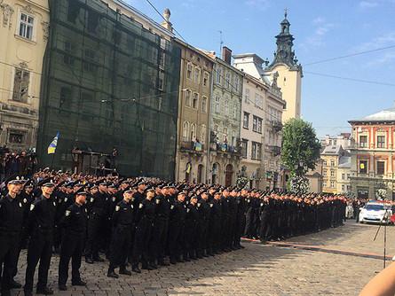 Жителі Львова привітали новоспечених правоохоронців, 407 з яких уже присягнули на вірність українському народу, ще 200 проходять навчання.