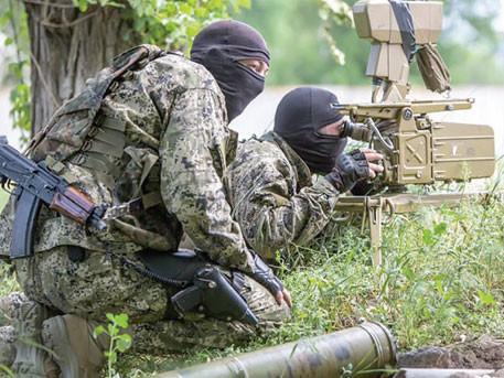 За добу, що минула, інтенсивність обстрілів українських позицій з боку терористів на Донбасі зросла, а прес-офіцер сектору «М» заявляє, що манера ведення бою й  втрати говорять про те, що проти українців воює професійна армія.