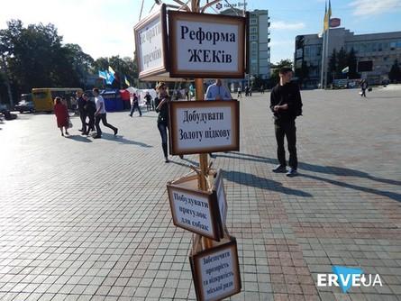 Рівненські активісти розкритикували роботу місцевого мера Володимира Хомка, який, на переконання громадян, провалив цілу низку власних обіцянок.