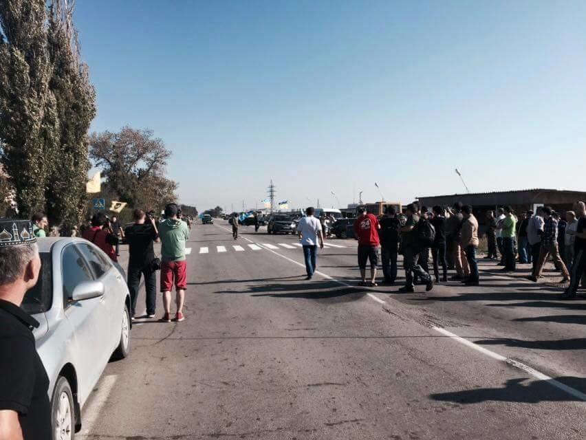 З усіх трьох контрольно-пропускних пунктів на кордоні з Кримом роз'їхалися фури та вантажні автомобілі.