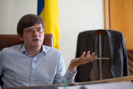 Лідер Комуністичної партії України Петро Симоненко зможе взяти участь у місцевих виборах лише в тому разі, якщо офіційно вийде з КПУ.
