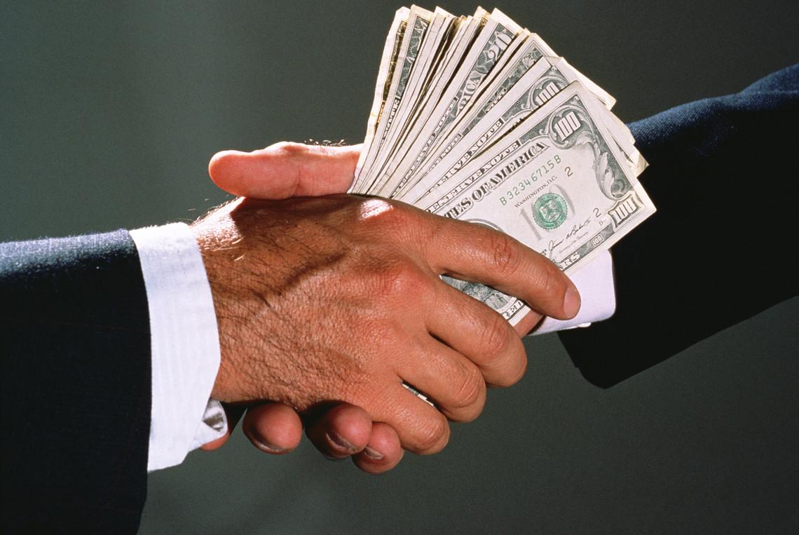 Одному з кандидатів на посаду міського голови Рівного запропонували 1 млн доларів за зняття його з мерських перегонів.