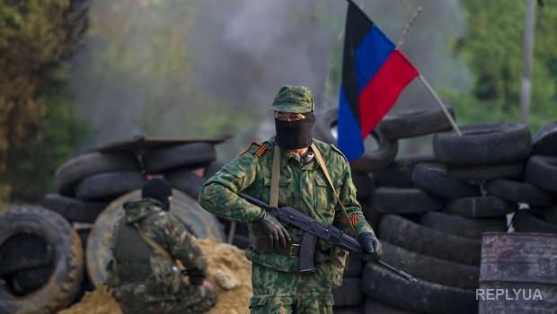 У Спільному центрі з контролю й координації припинення вогню на Донбасі відзначають використання представниками НВФ стрілецької зброї, оснащеної глушниками, військової техніки, а також диверсійно-розвідувальних груп впритул до позицій українських військових.