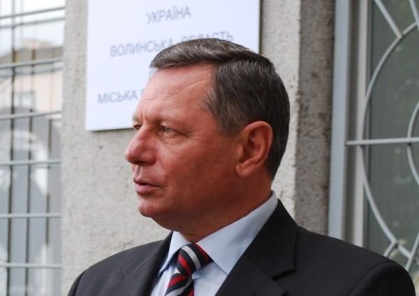 Микола Романюк у своїй передвиборчій програмі обіцяв будувати нові та реконструювати старі школи.