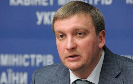 Міністр юстиції Павло Петренко 8 липня 2015 року повідомив про те, що у вересні до закону про люстрацію будуть внесені правки.