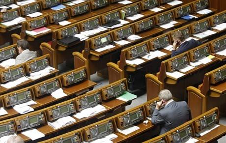 Спікер парламенту Володимир Гройсман розгляне питання внесення змін до статті 81 Конституції України про позбавлення мандата депутата у разі трьох прогулів без поважних причин.