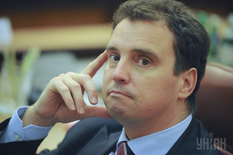 Кабінет міністрів підтримав ініціативу міністра економічного розвитку України Айвараса Абромавичуса щодо скасування додаткового імпортного збору в розмірі 5 та 10% для різних груп товарів.