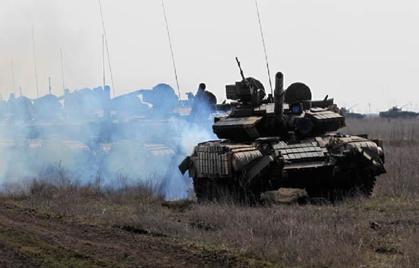 Военное обострение. Порошенко стягивает боевую технику на Донбасс
