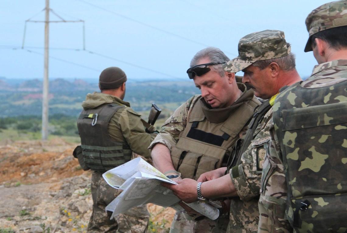 Російські військові відійшли від лінії розмежування та розташувалися по обидва боки кордону України та РФ, але все одно продовжують навчання бойовиків і ввезення зброї з Росії.