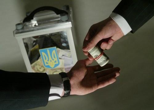 Шевченківський районний суд Чернівців засудив трьох студентів місцевого вузу як виконавців злочину з підкупу виборців до трьох років позбавлення волі з випробувальним терміном 1 рік.