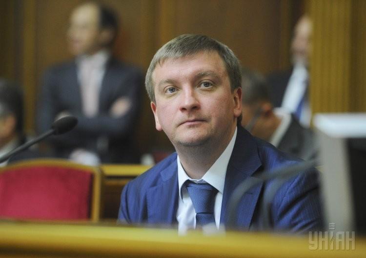 Обіцяна міністром юстиції України Павлом Петренком переатестація державних службовців, яку він планував провести до 1 вересня 2015 року, так і не відбулась.