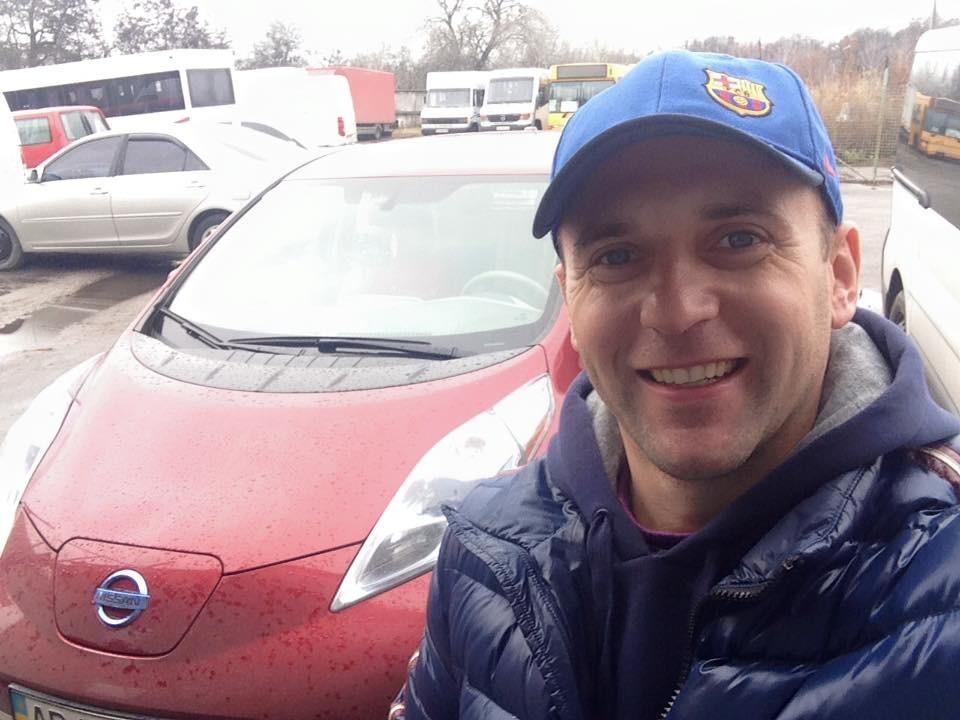 Надихнувшись перевагами електромобіля, нардеп від «БПП» Юрій Македон пообіцяв проголосувати за скасування ввізного мита на них. Однак у сьогоднішньому голосуванні політик участі не брав.