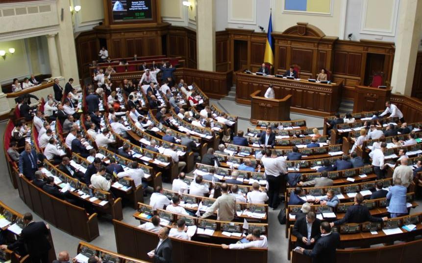 Сьогодні депутати почали день із серйозних зрушень у процесах децентралізації та демонополізації реєстраційних послуг.