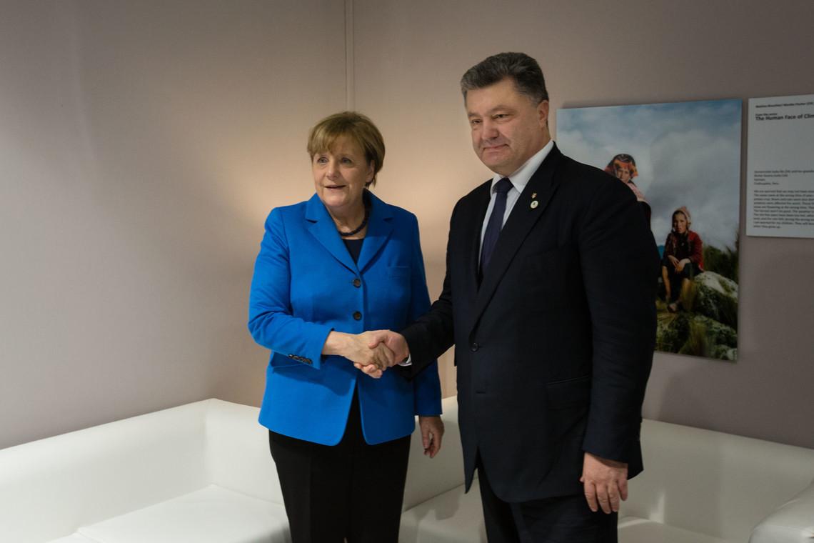 Порошенко попросив Меркель підвищити рівень ефективності Тристоронньої контактної групи та Спеціальної моніторингової місії ОБСЄ.