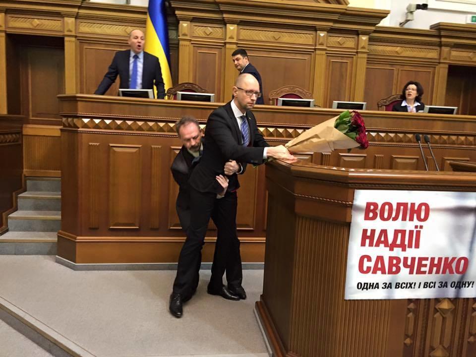 Під час години запитань до Уряду у сесійній залі Верховної Ради України сталася бійка між депутатами.