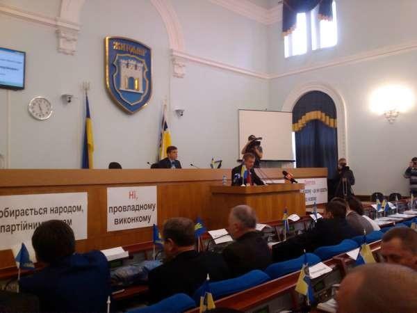Петро Порошенко підписав норму про внесення змін до статті 59 Закону України «Про місцеве самоврядування», що передбачають поіменне голосування в місцевих радах та оприлюднення його результатів.