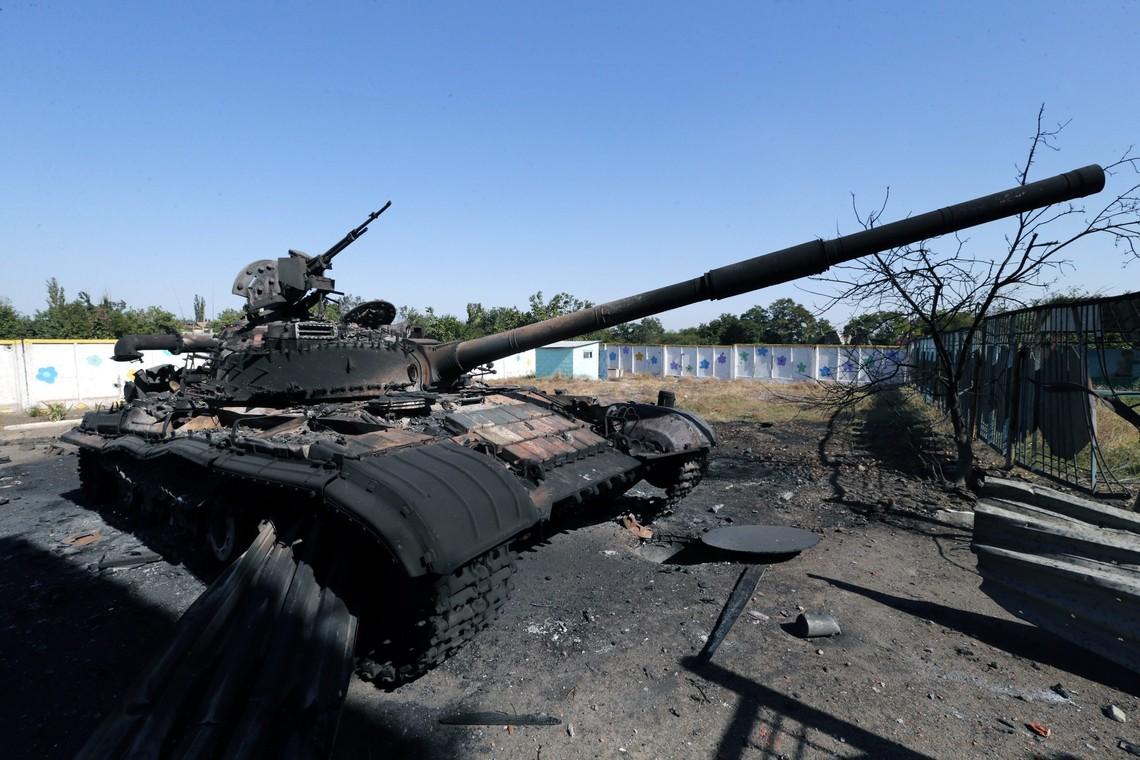 Бойовики самопроголошеної «ДНР» наразі вивели техніку з Комінтернового, розташованого в сірій зоні поблизу Маріуполя, однак самі озброєні люди залишати населений пункт не поспішають.