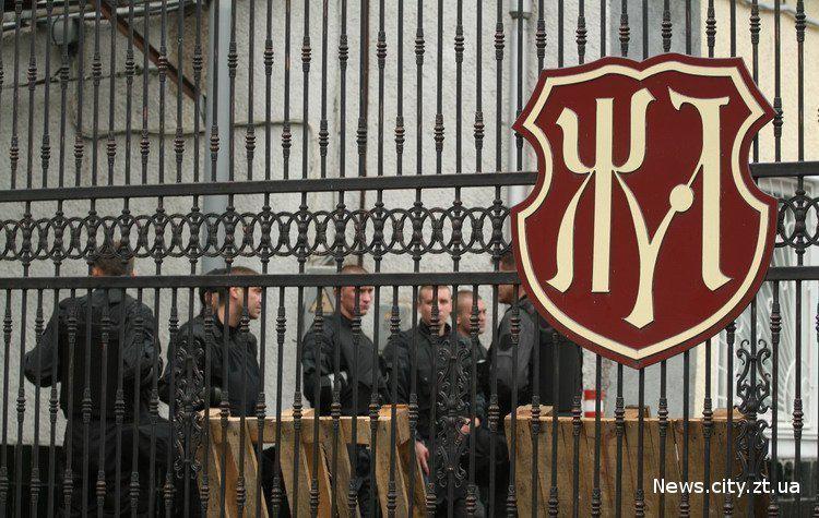 Конфлікт, що розгорівся навколо Житомирської кондитерської фабрики, ледь розпочавшись наприкінці листопада, відразу увійшов до топ найгучніших рейдерських захоплень 2015 року.