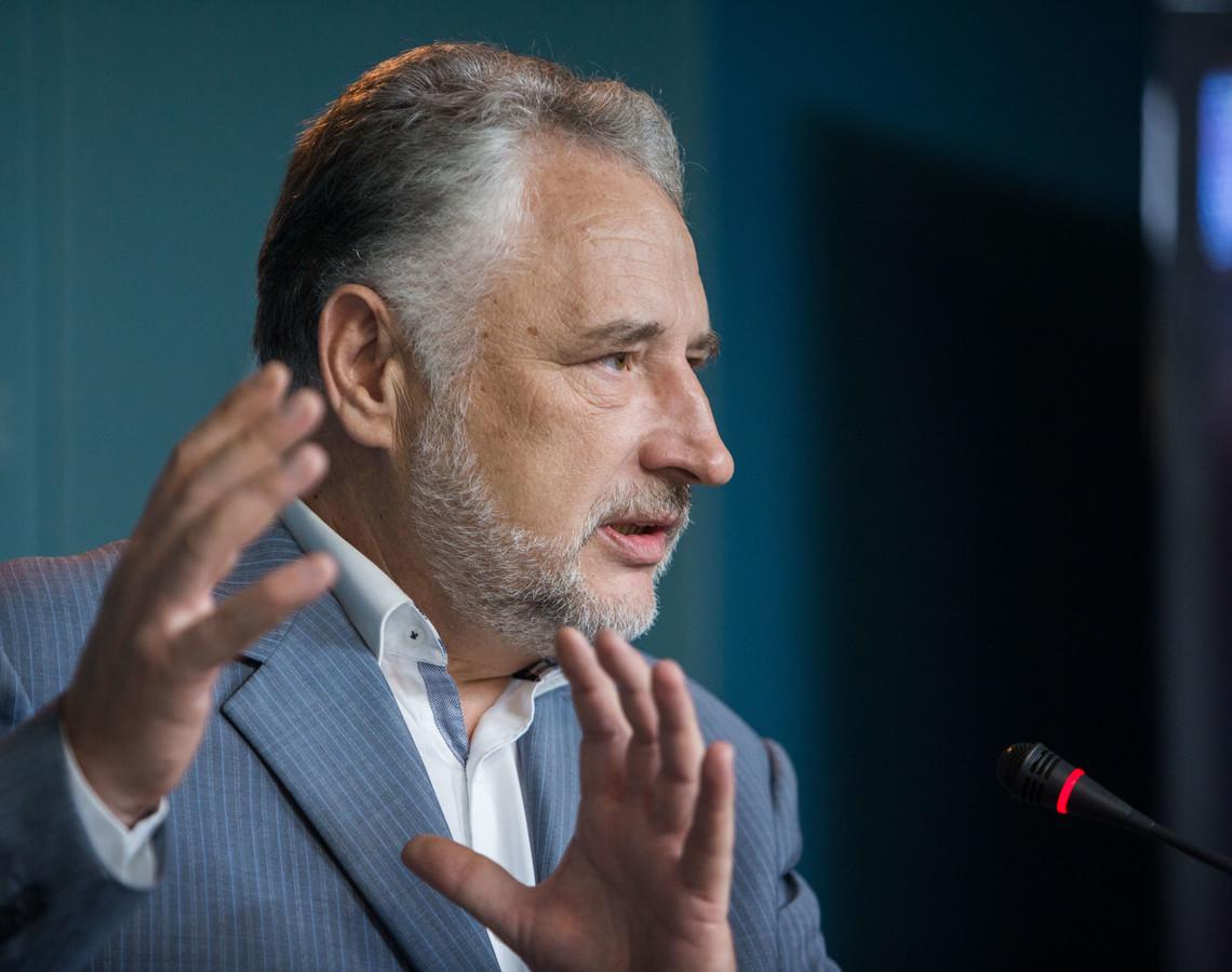 Журналісти довели, що голова Донецької обласної військово-цивільної адміністрації не впорався з обіцянкою зробити логістичні центри на межі з окупованою територією майданчиками для чесної конкуренції.