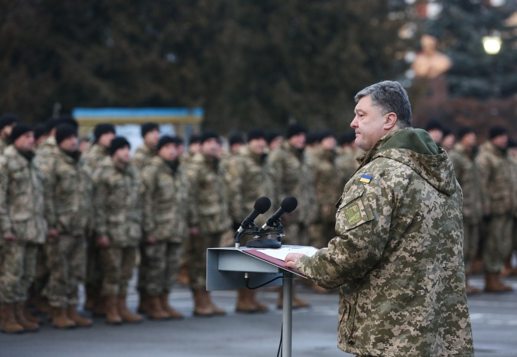 Президент України Петро Порошенко звернувся до прем'єр-міністра Арсенія Яценюка з проханням невідкладно підвищити зарплати військовим та навести лад у виплатах учасникам антитерористичної операції.