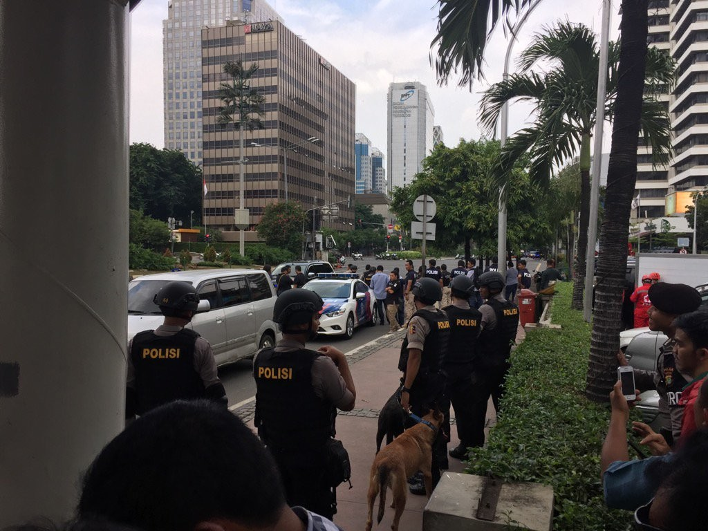 Поліція Індонезії повідомляє про смерть чотирьох нападників, які влаштували серію вибухів у столиці країни Джакарті.