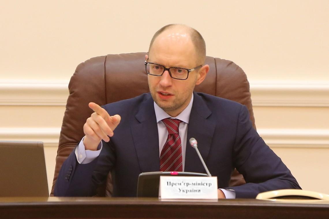 Глава Кабінету міністрів України Арсеній Яценюк сумнівається в якості бензину, який продають на українських заправках