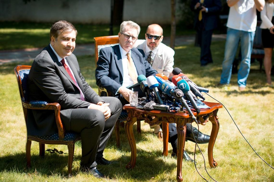 Посол США и Саакашвили недовольны отставкой министра экономразвития Айвараса Абромавичуса.