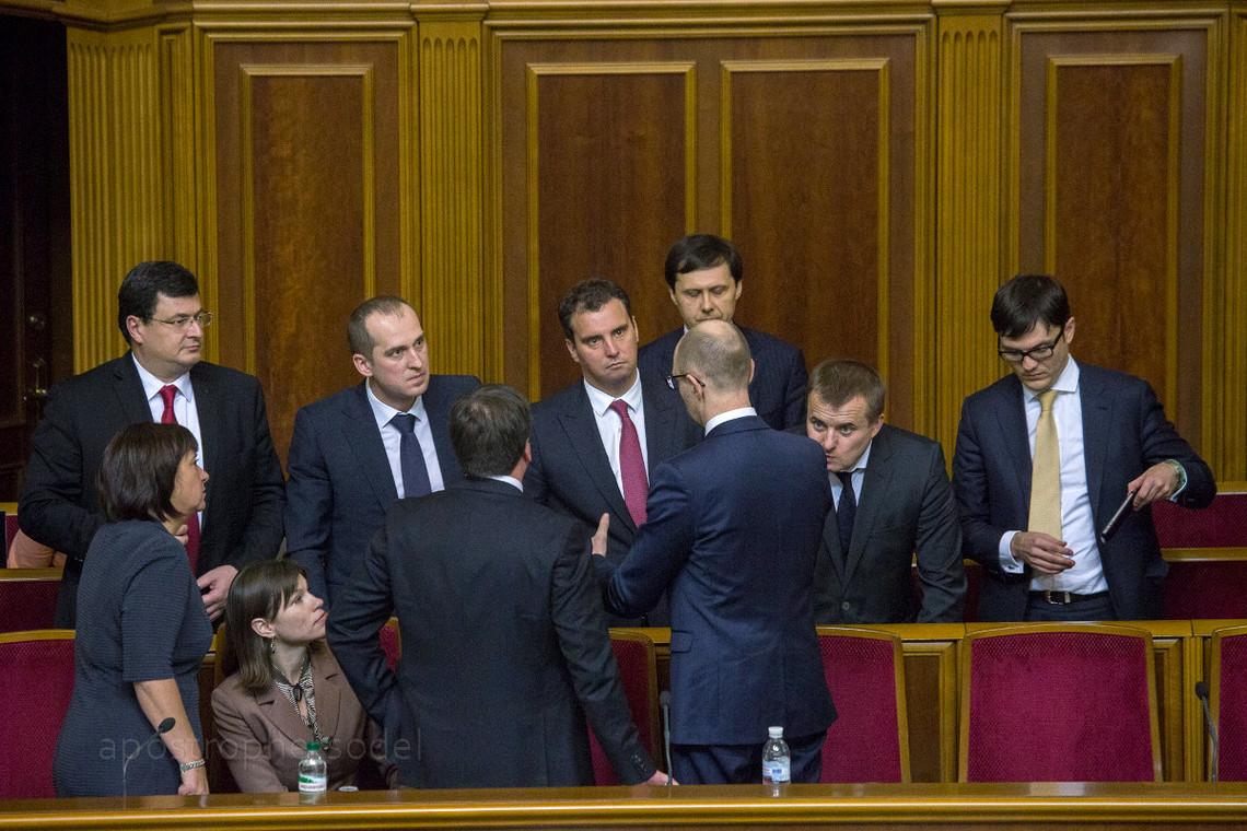 Блоку Петра Порошенка буде на так просто відправити у відставку Кабінет міністрів після сьогоднішньої заяви Арсенія Яценюка, вважає політичний оглядач Олександр Радчук.