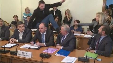 Жовківський районний суд Львівської області не визнав Парасюка винним в образі честі та гідності Василя Пісного.