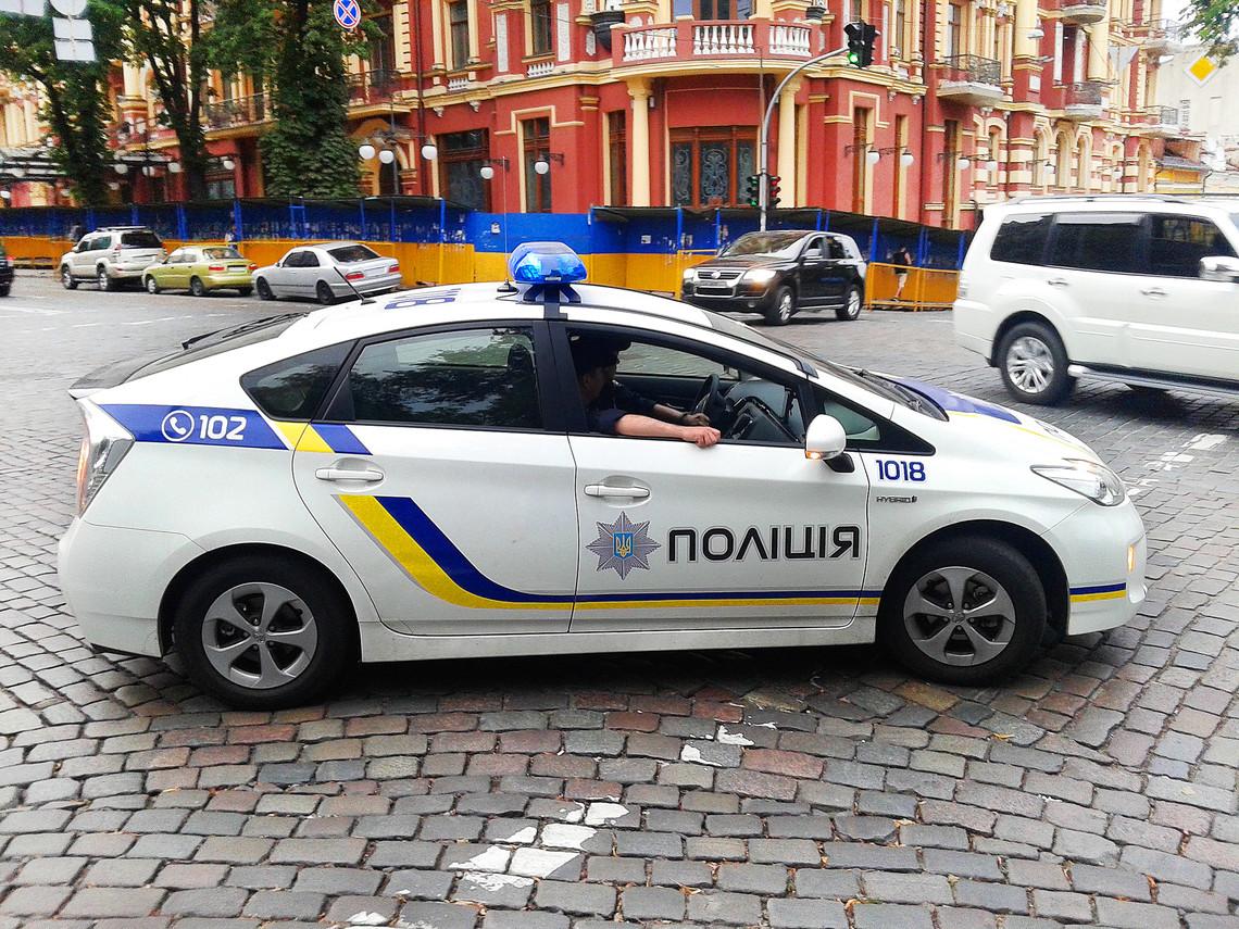 На столичній вулиці Депутатській сьогодні невідомі відкрили вогонь по автомобілю Тойота, який стояв у заторі.