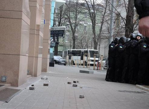 Кілька десятків людей, які брали участь у віче на Майдані Незалежності, влаштували заворушення під офісом АО «СКМ» олігарха Ріната Ахметова
