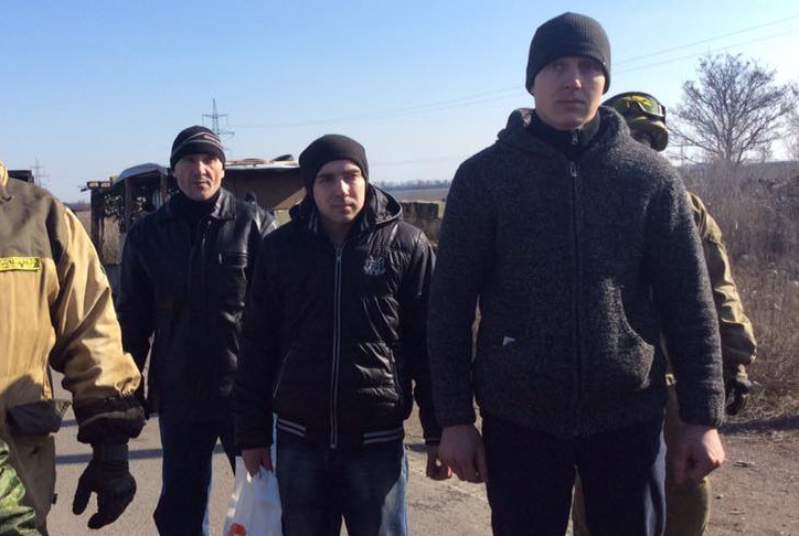 Троє українських військових, які потрапили в полон під час оборони Дебальцевого, повернулися додому.