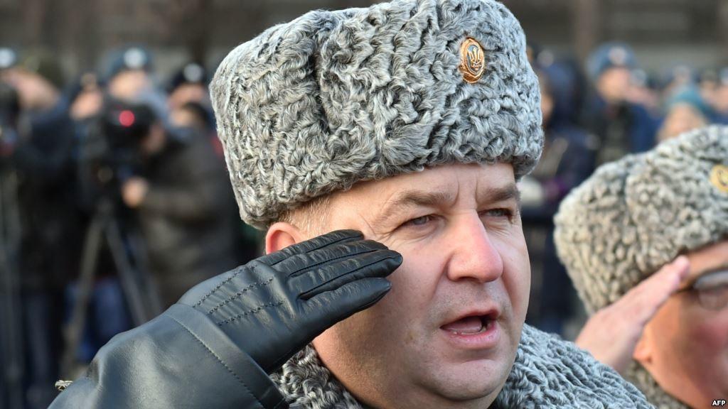 Міністр оборони Степан Полторак дарував особисту зброю чиновникам, депутатам, бізнесменам і навіть своєму однокласнику.
