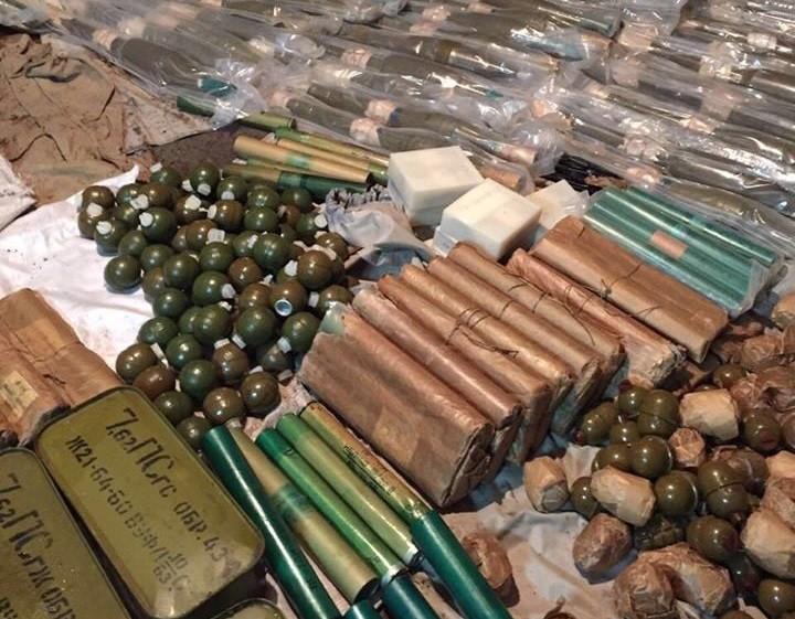В одній із приватних садиб на Київщині незаконно переховували понад 20 тисяч набоїв, гранати та постріли до гранатомета.